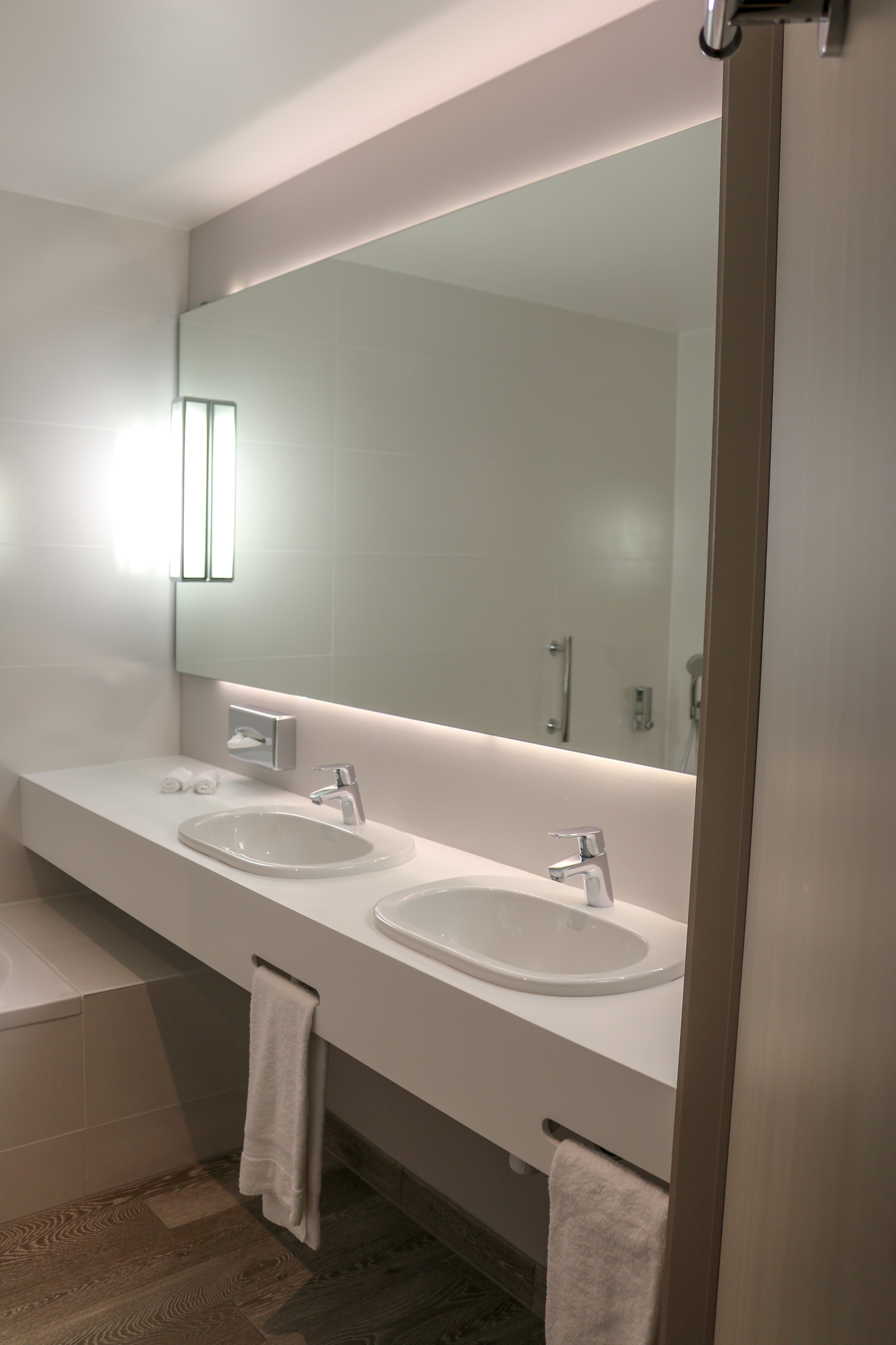 Clean towels  soaps and toothbrushes  a huge mirror with lots of light  a  bath and shower  so you can choose to either shower or take a relaxing bath Martin s Red hotel   Tubize   Foodspotted. Red Light In Bathroom Hotel. Home Design Ideas